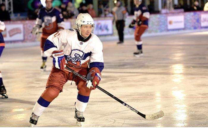 Putin spielt Eishockey auf dem Roten Platz