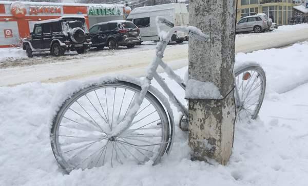 """""""Schaufele Autos aus Schneeverwehungen – kostengünstig"""": Moskau versinkt im Schnee"""