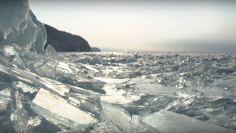 Zwei Lastwagen brachen durch das Eis auf dem Baikalsee
