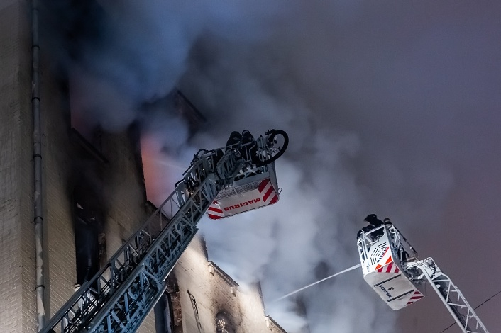 Feuer am Nikitski-Boulevard im Zentrum von Moskau