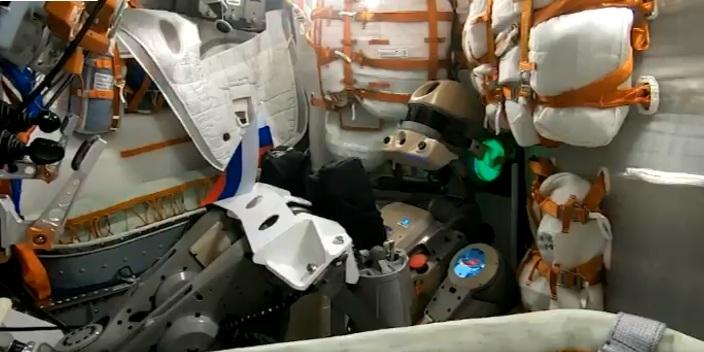 Roboter FEDOR gratuliert Russen aus dem All zum Nationalflaggentag